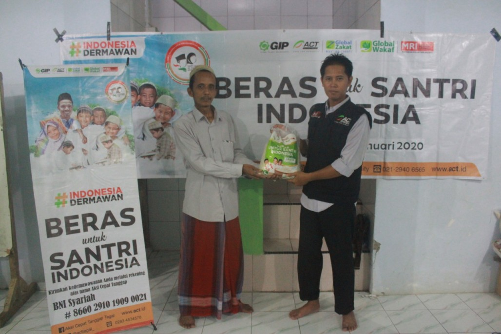 One Ton of Rice for Students who Memorize the Quran in Brebes' photo