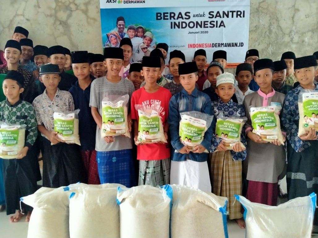 Quran Students and Orphans Happy to Receive Rice Aid' photo