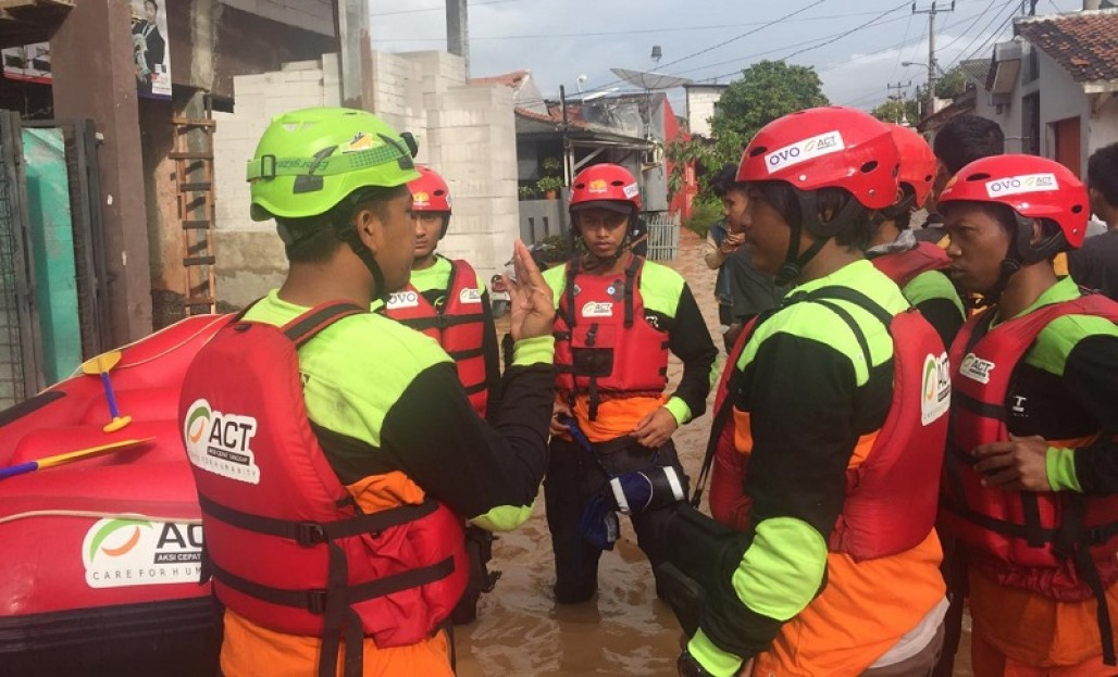 Flood Blocks the Access to Puri Gading Housing Complex' photo