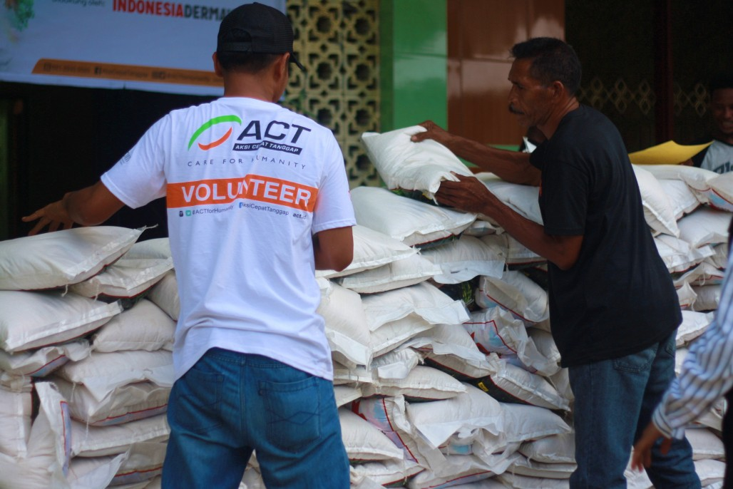 Five Tons of Rice Ready to be Distributed to 1,000 Families in Maluku Ahead of Eid' photo