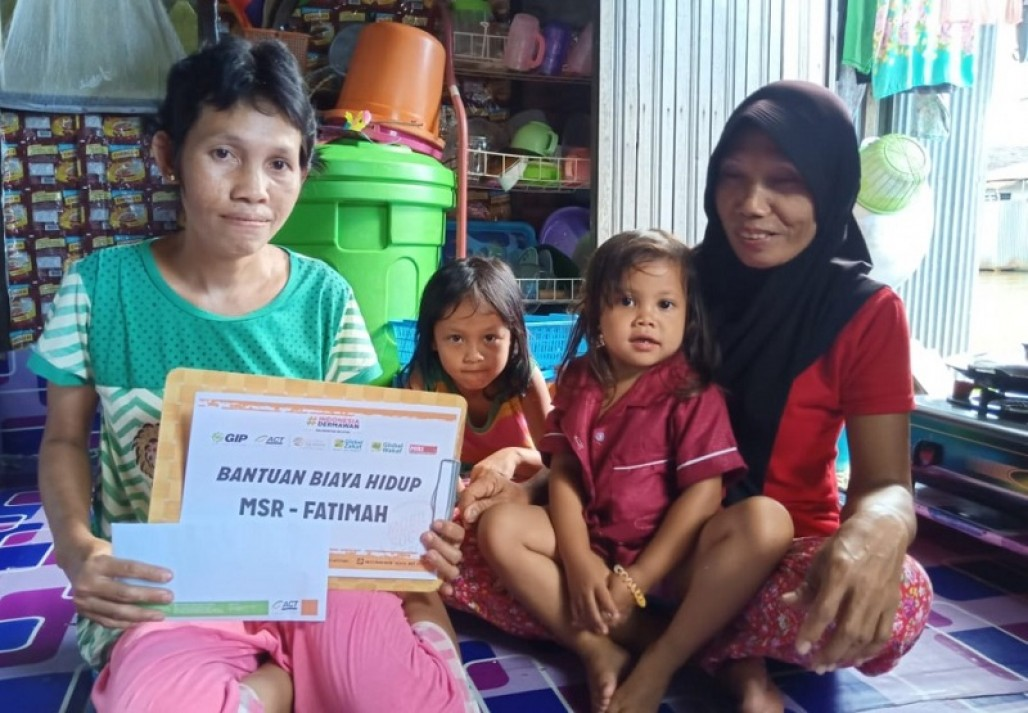 Fatimah's Struggle to Support Family by Selling Snacks' photo