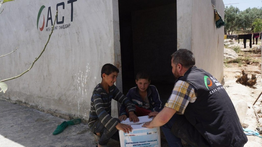 staple-food-and-iftar-packages-brings-happiness-to-syrian-refugees-ahead-of-eid's photo