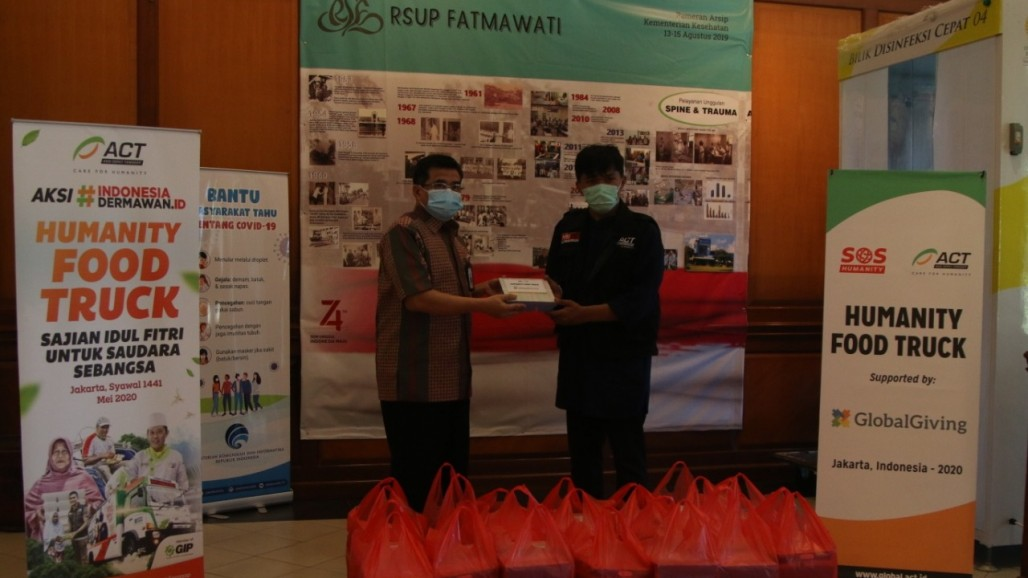 humanity-food-truck-provides-free-meals-for-fatmawati-hospital-on-eid's photo