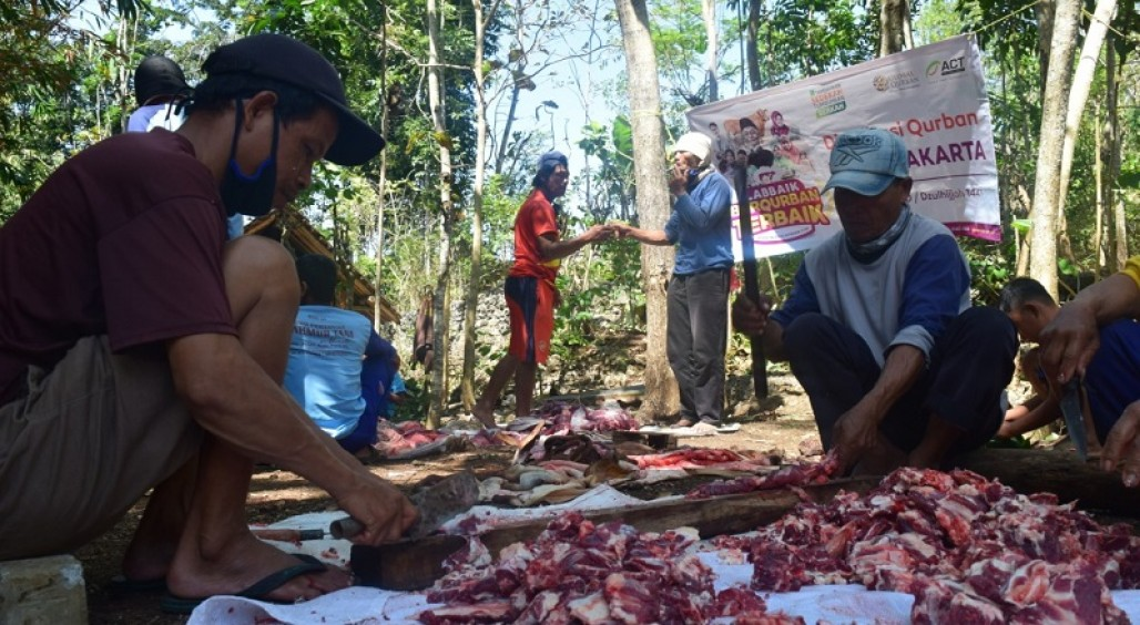 Residents in Remote Areas of Gunungkidul Welcomes the Qurbani Sacrifice' photo