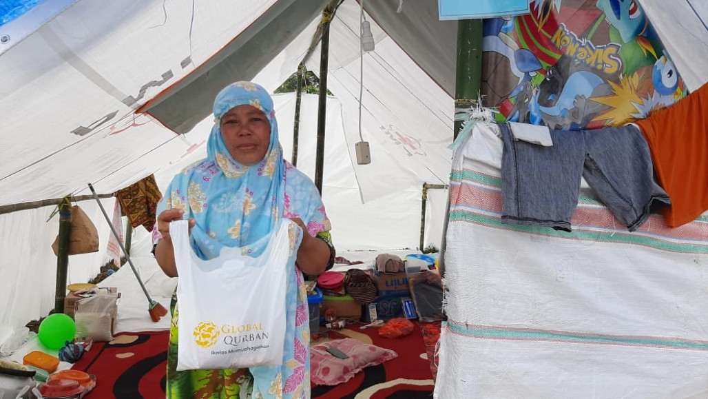 Evacuees in Masamba Overwhelmed to Receive Qurbani Packages' photo