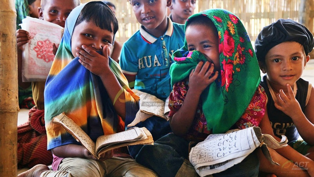 School Kit Distribution Supports Rohingya Child Refugees' Study
