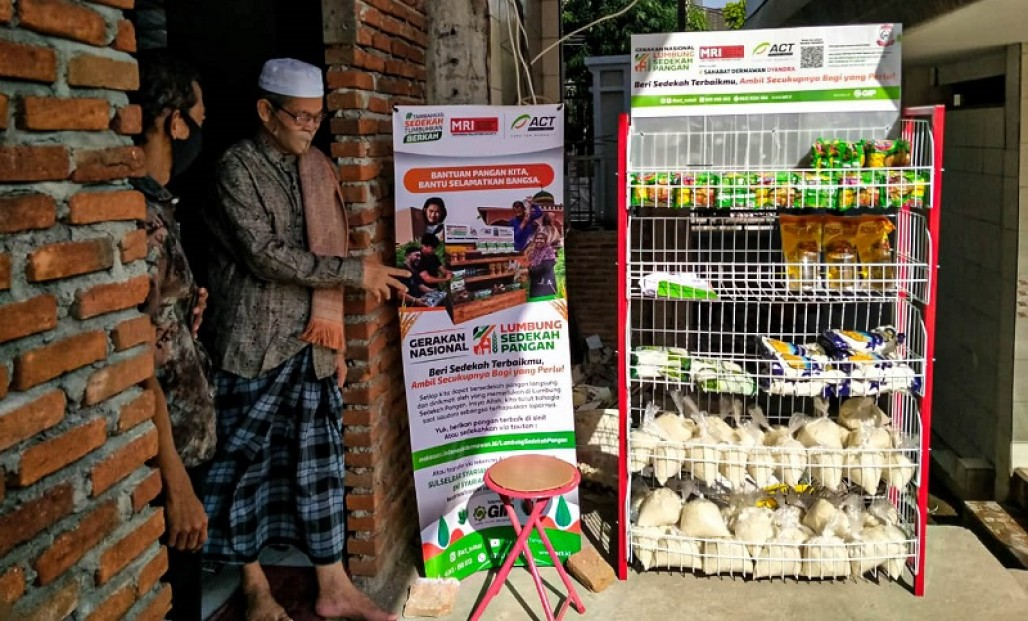 Mosque Congregants in Makassar Give Foodstuffs for Food Alms Gathering Point' photo