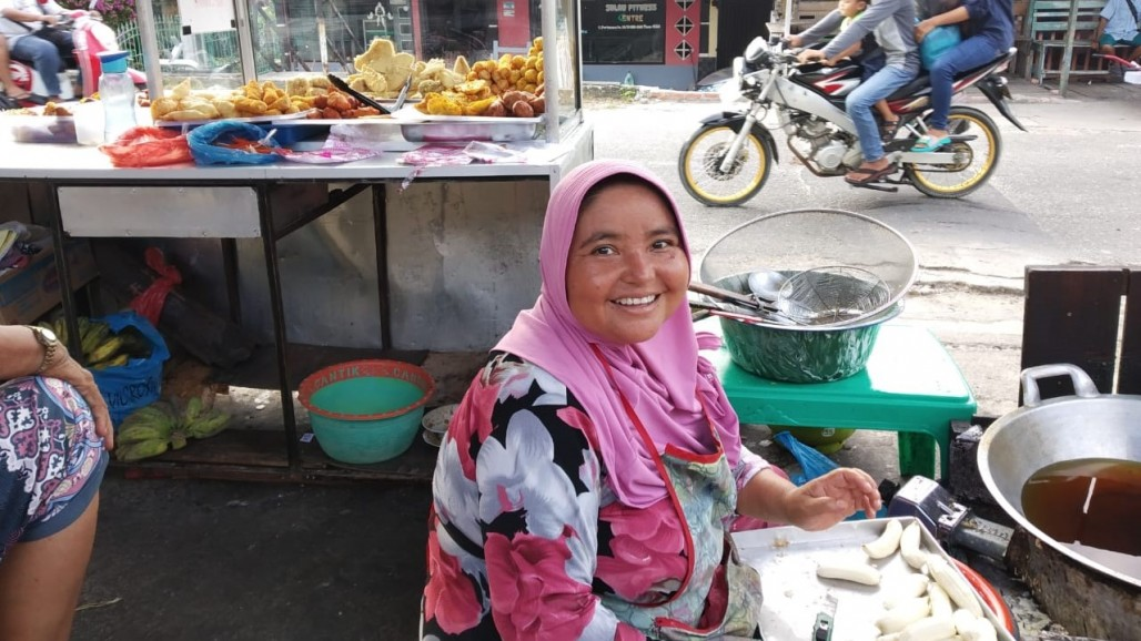 Mulyani's Perseverance in Supporting Her Family Despite Physical Limitations photo