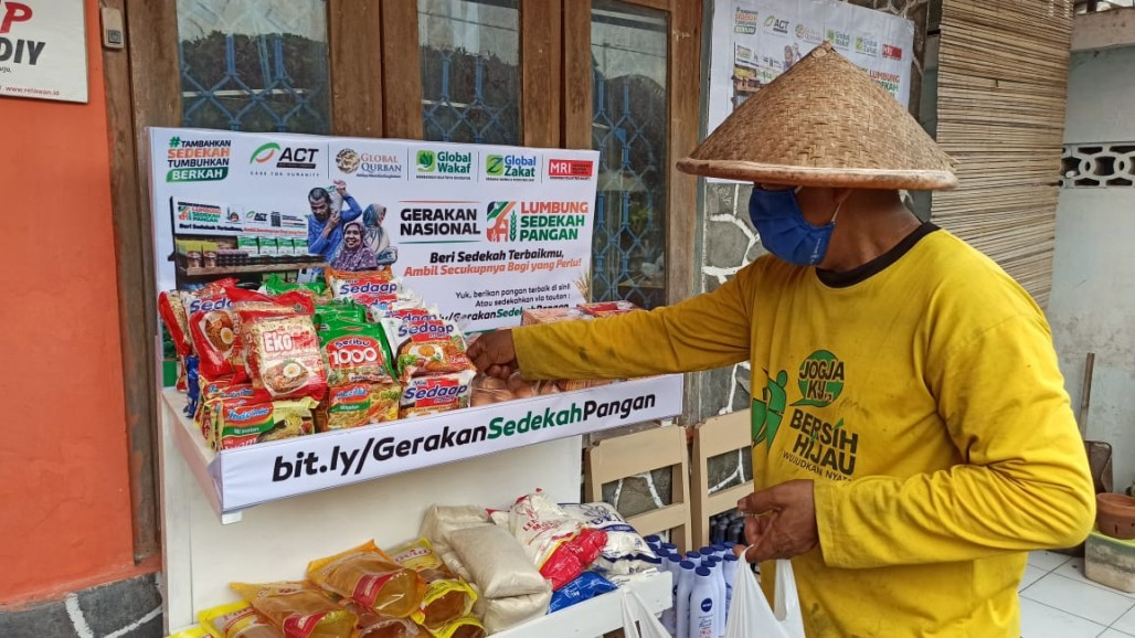 Food Alms Gathering Point in Yogyakarta Brings Happiness to the Needy photo