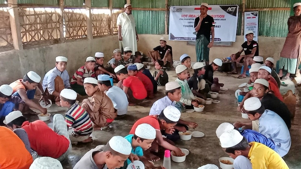 Rohingya Refugees Enjoy Nutritious Meal Packages from Indonesia