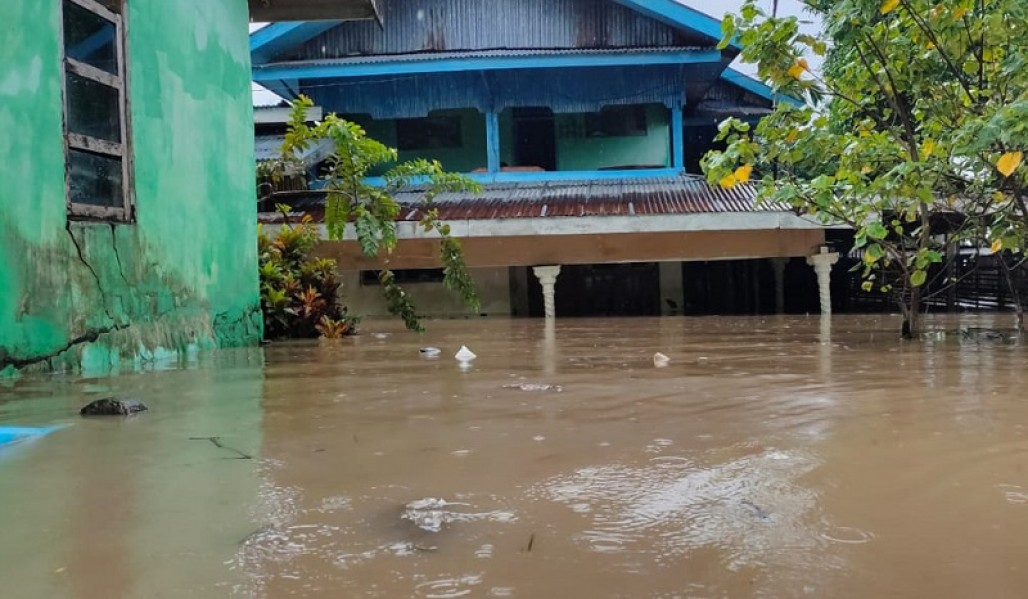 Four Administrative Villages in Bengkulu City Hit by Flood photo