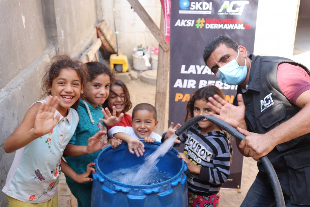 humanity-water-tank-distributes-millions-of-liters-of-clean-water-to-gaza's photo
