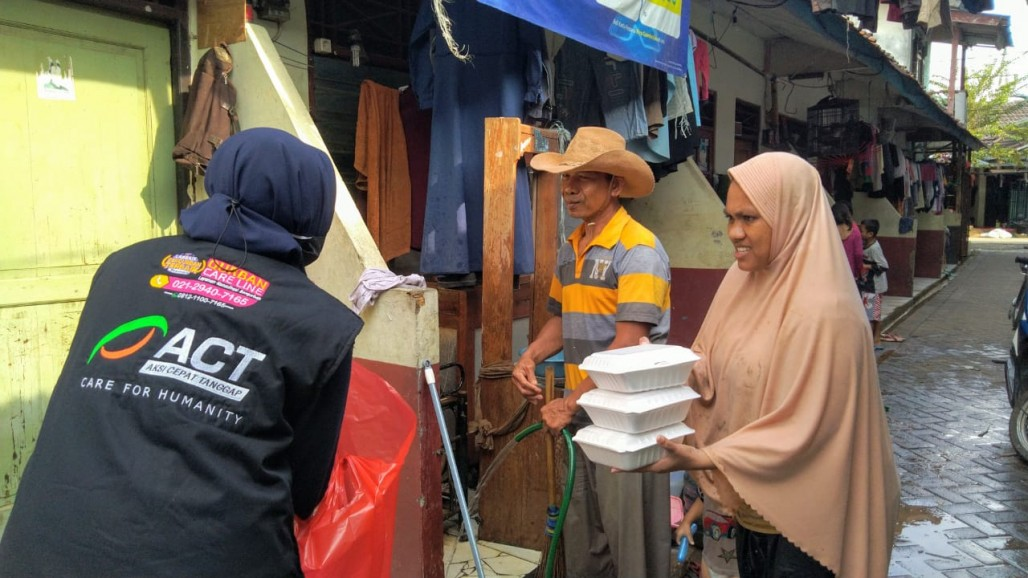 Meal Packages Distributed to Flood Victims in Tangerang Neighborhoods