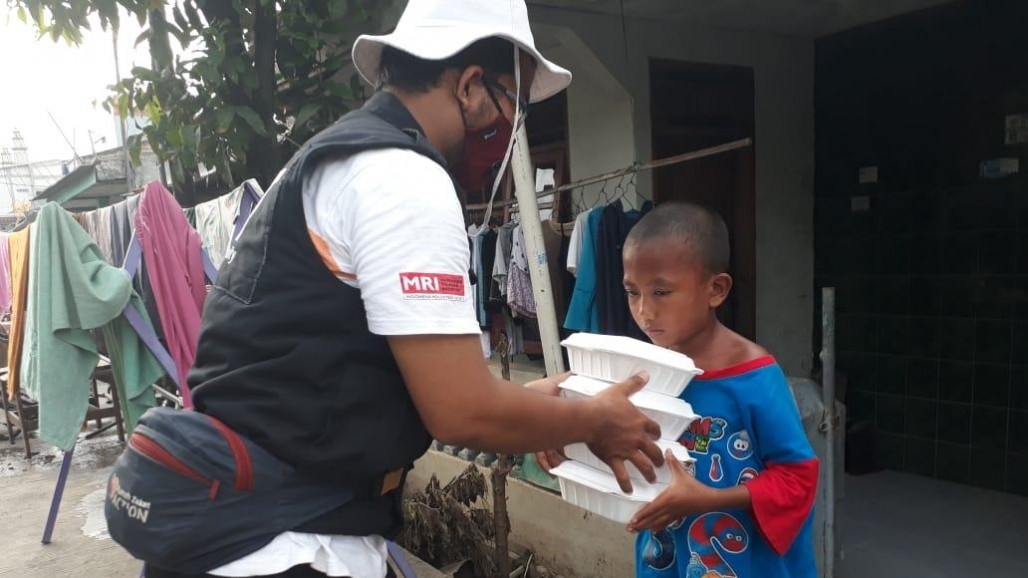 Meal Packages Served for Flood Victims in Tangerang