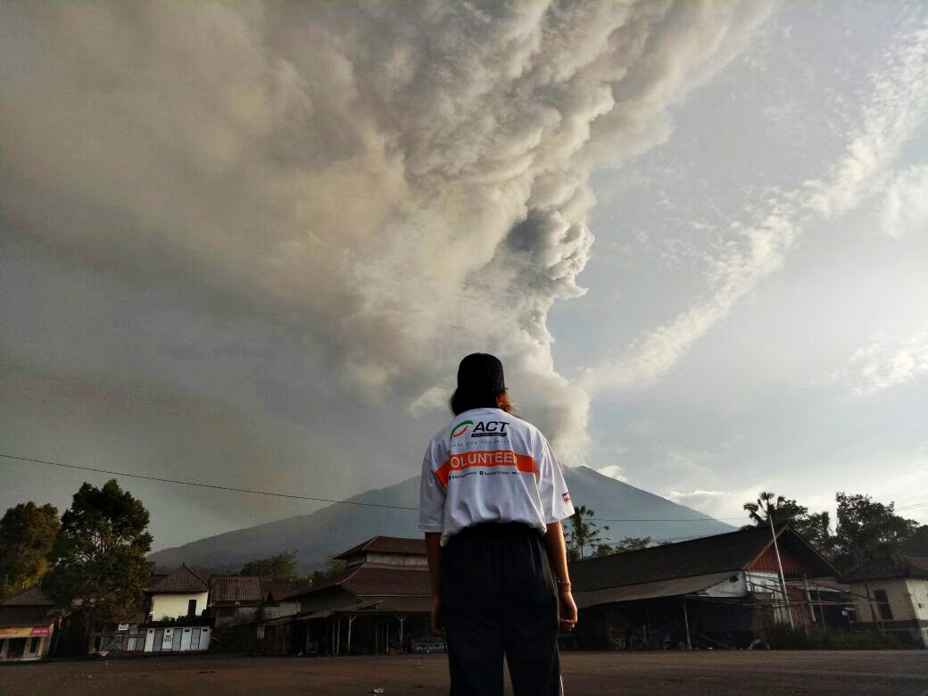Mount Agung Erupts Volcanic Ash, Locals Warned to Remain Cautious's image