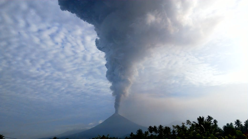 Mount Soputan Erupts, Tremors Felt in Minahasa's image