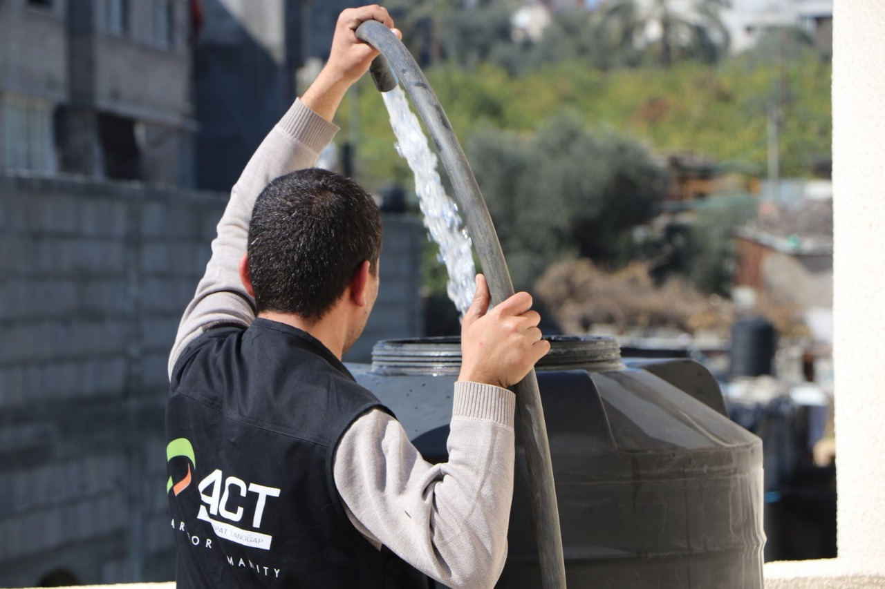 Clean Water Distribution Rejuvenate Life in Gaza' photo