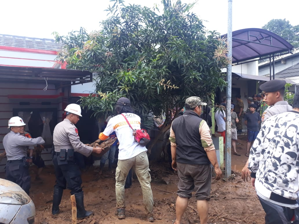 ACT Evacuates Bandung Flashfloods Victims's image