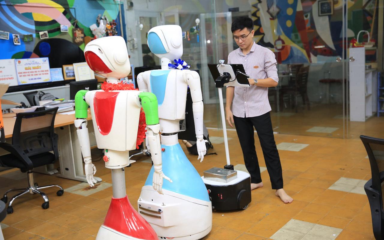 Nhóm sinh viên ở TPHCM chế tạo robot giúp giảm tải bệnh viện trong bão Covid-19