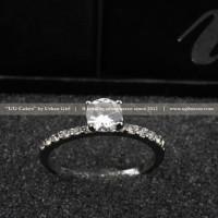 <p>Round Stone Ring</p>