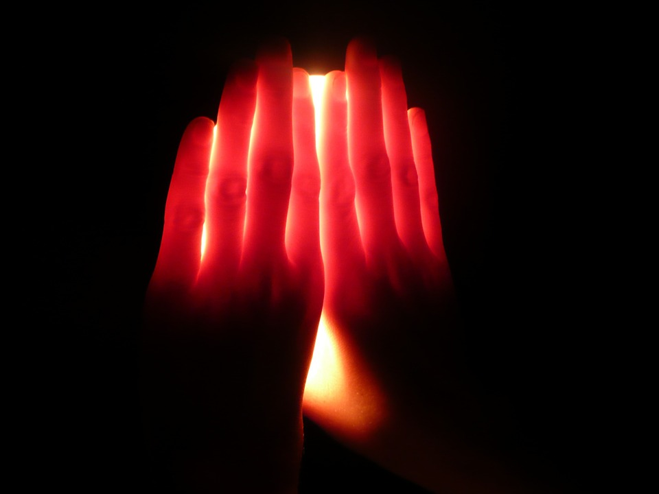 Vein-visible DIY experient. When the visible white light scatters and reaches the palm of a hand, placed nearby, the red light, with a high wavelength, passes through the hand, while the remaining lights with lower wavelengths gets absorbed or emitted by the palm.
