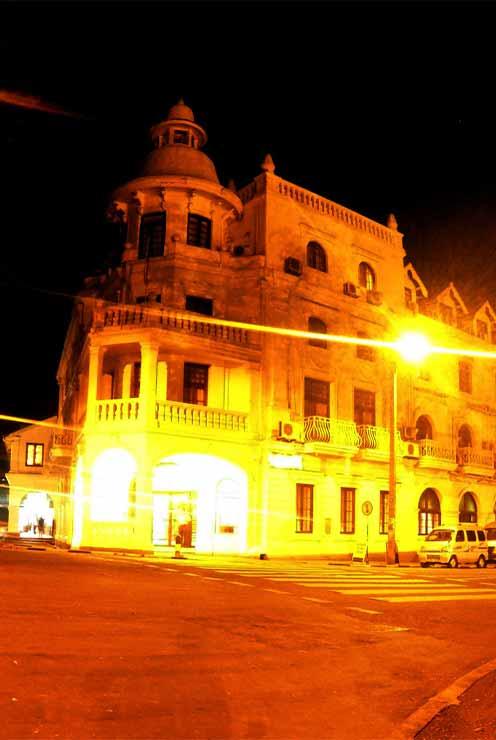 Kandy city sri lanaka queen hotel toursrilankatravel.com