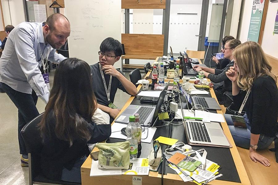 逢甲大學陳冠合、廖映佳同學與MY FIT團隊其他成員構思新商業模式。