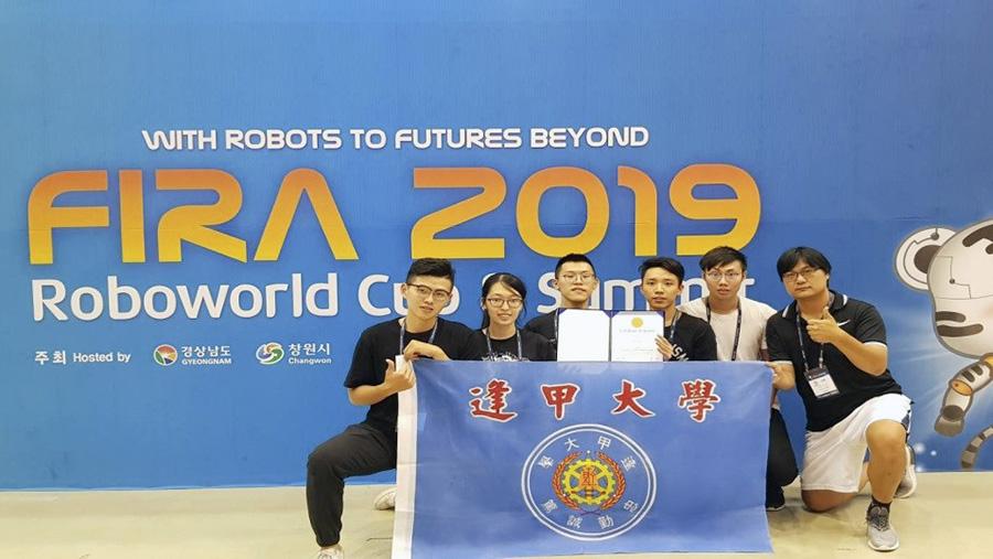 逢甲大學團隊參加世界盃智慧機器人運動大賽,獲得亞軍殊榮。右起為郭至恩老師、鄧起旻同學、何儒昇同學、江睿修同學、黃正婷同學、曾鴻林同學。