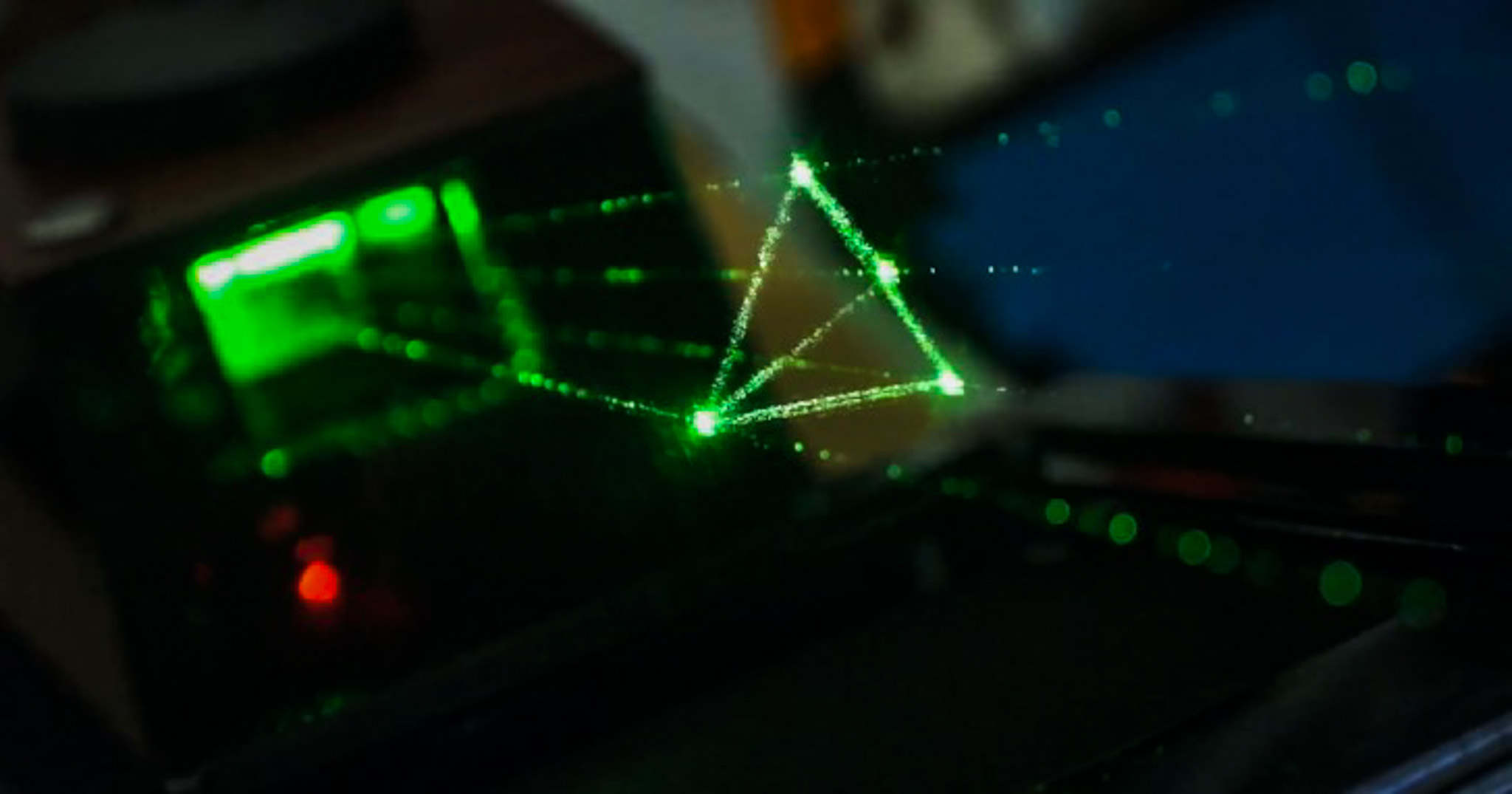 大學生愛分享_逢甲大學光電科學與工程學系黃盈勳_3D顯像介面到投射距離遠之又遠、夜視鏡、武器、應用之廣的雷射光以及生活中處處可見的照明設計,和不能沒有你之網路光纖通訊系統,光電系都會接觸到。