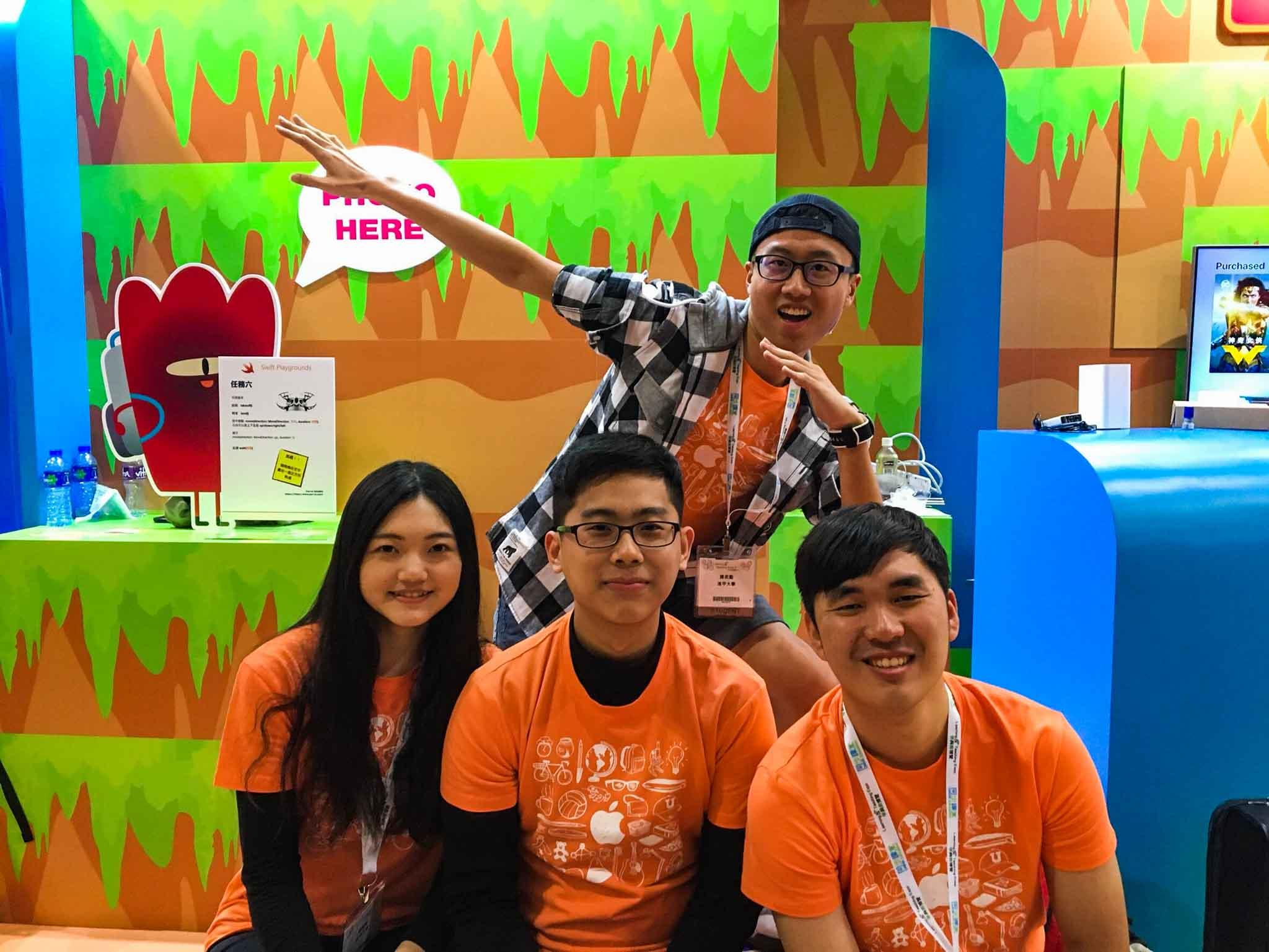 大學生愛分享_逢甲大學運輸與物流學系崔紘瑋_剛進逢甲的第三個月,還是大一新鮮人時,我就因為參加iOS club,獲得到香港蘋果教育部門與上海商學院交流的機會,還一同協辦位在香港會展中心的「創新教育展」。