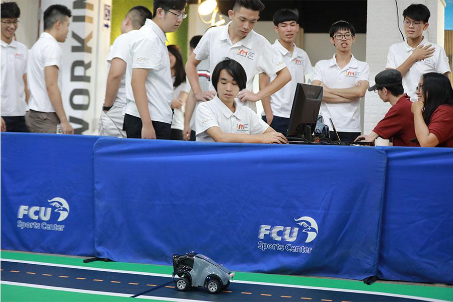 參賽同學透過自駕車競速學習AI技術。