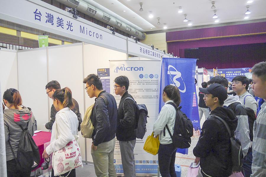 逢甲大學舉辦校園徵才博覽會,讓學生與企業有直接面對面的機會。